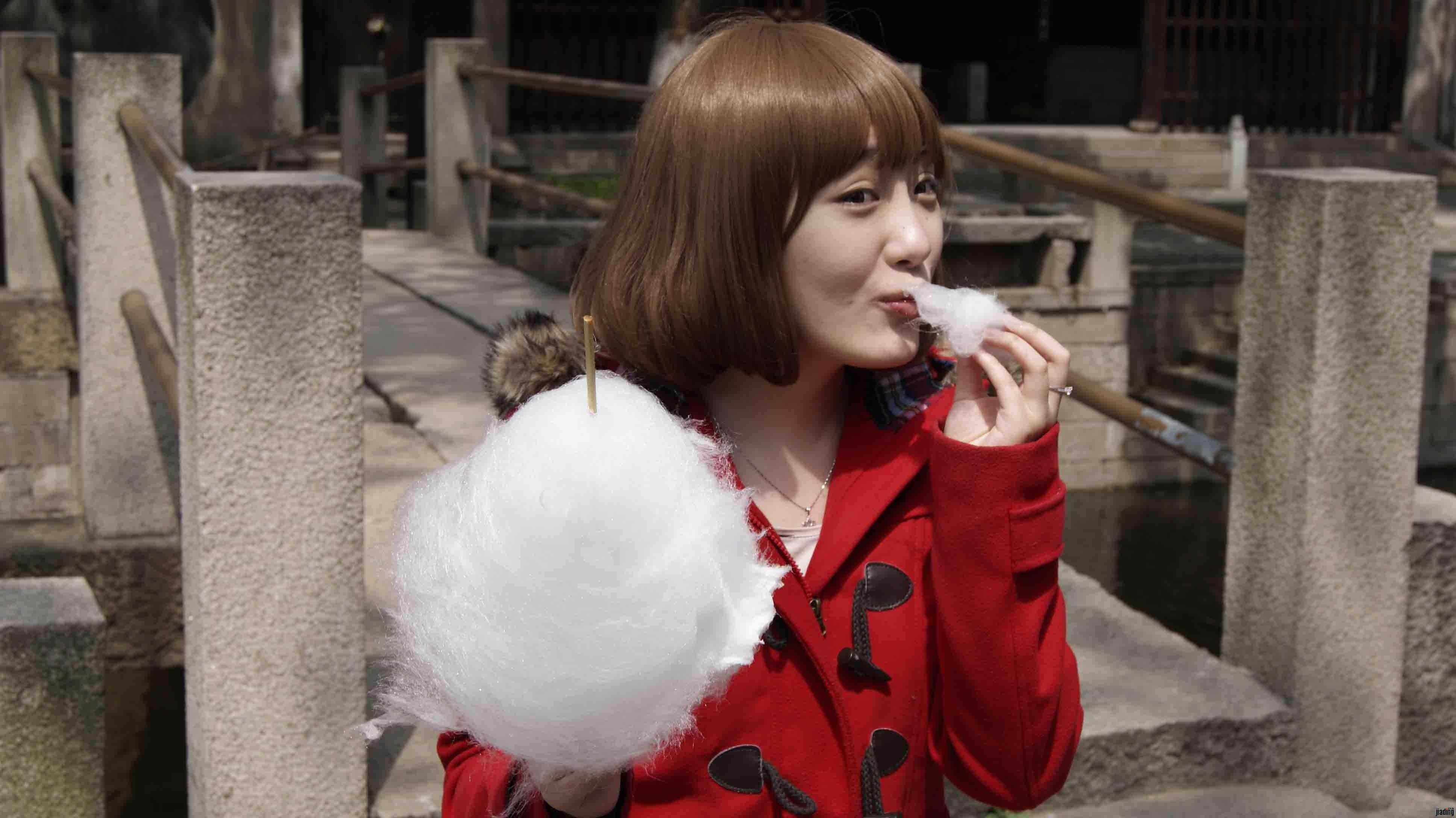 同行的美女 好大的棉花糖